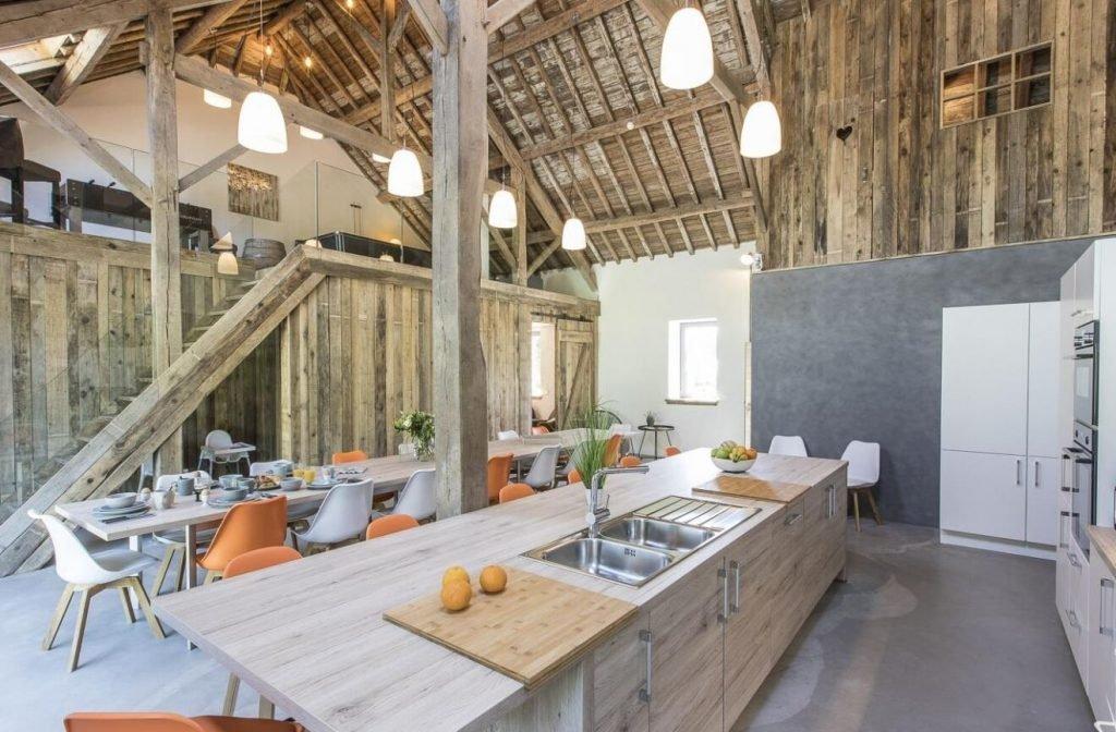 Grande-cuisine-ouverte-en-bois-large-ilot