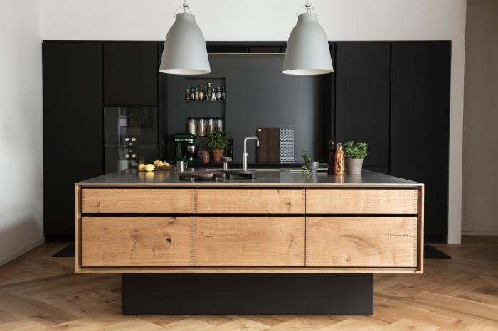 cuisine-noire-et-bois-design-contemporain-ilot-central-évier-cuisson-façade-meubles-de-cuisine-noir-mat