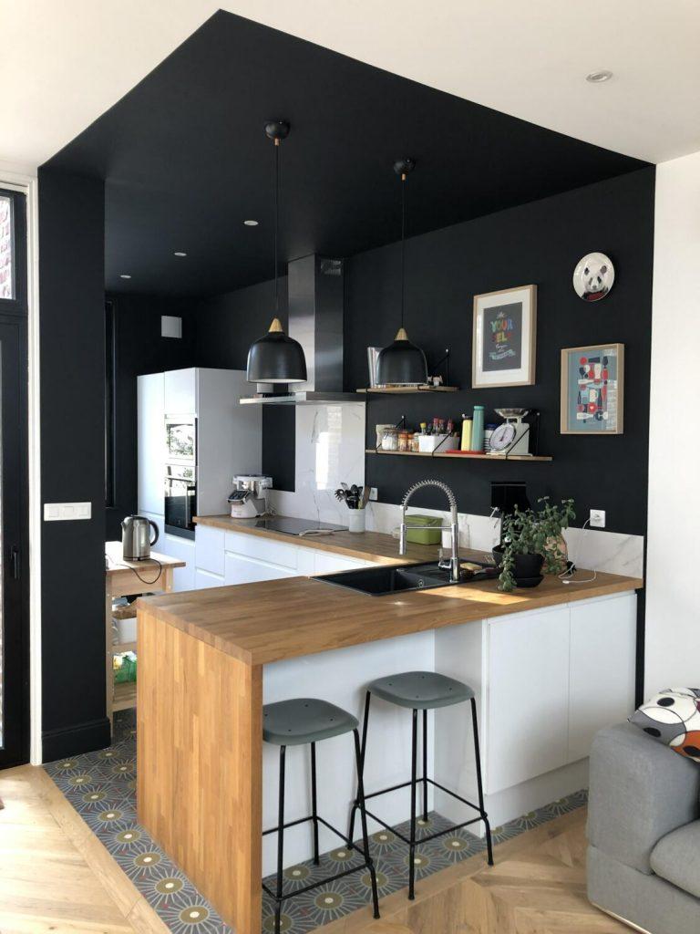 Cuisine en L noire blanche et bois
