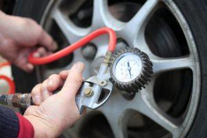 Pressão pneus: qual a pressão correta e como verificar
