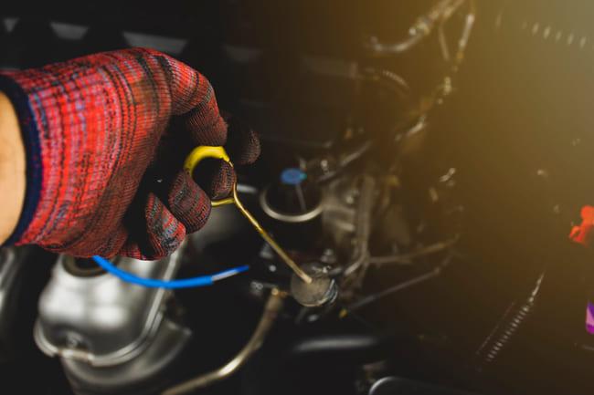 Manutenzione auto: controllo dell'olio