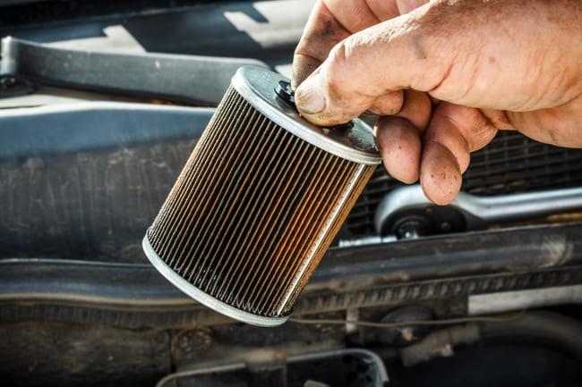 Cambiare o pulire il filtro carburante
