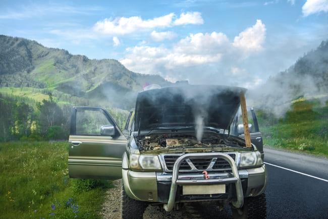 Kui märkate auto kapoti alt tulevat suitsu või auru