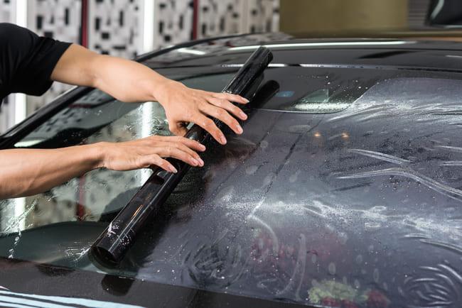 Warum Sie eine DIY-Tönung der Scheiben Ihres Fahrzeugs unterlassen sollten