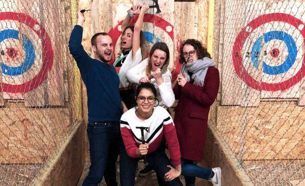 La team communication de bureaux à partager sont ravis lors qu'une activité de team building en entreprise