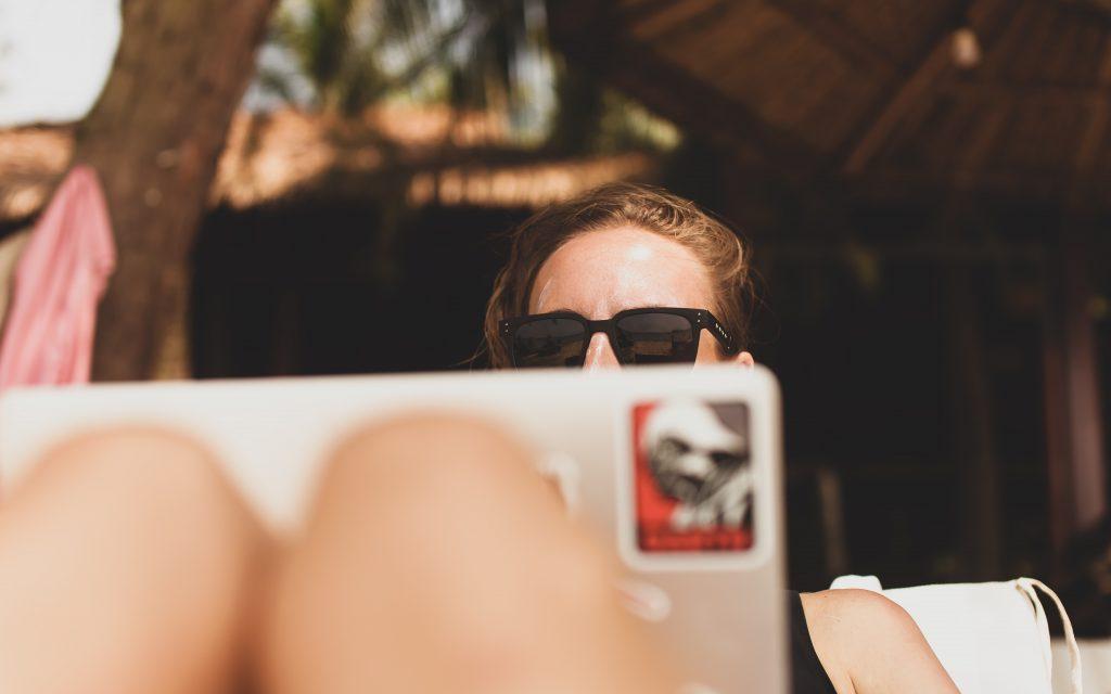 Femme en home office qui travaille au soleil