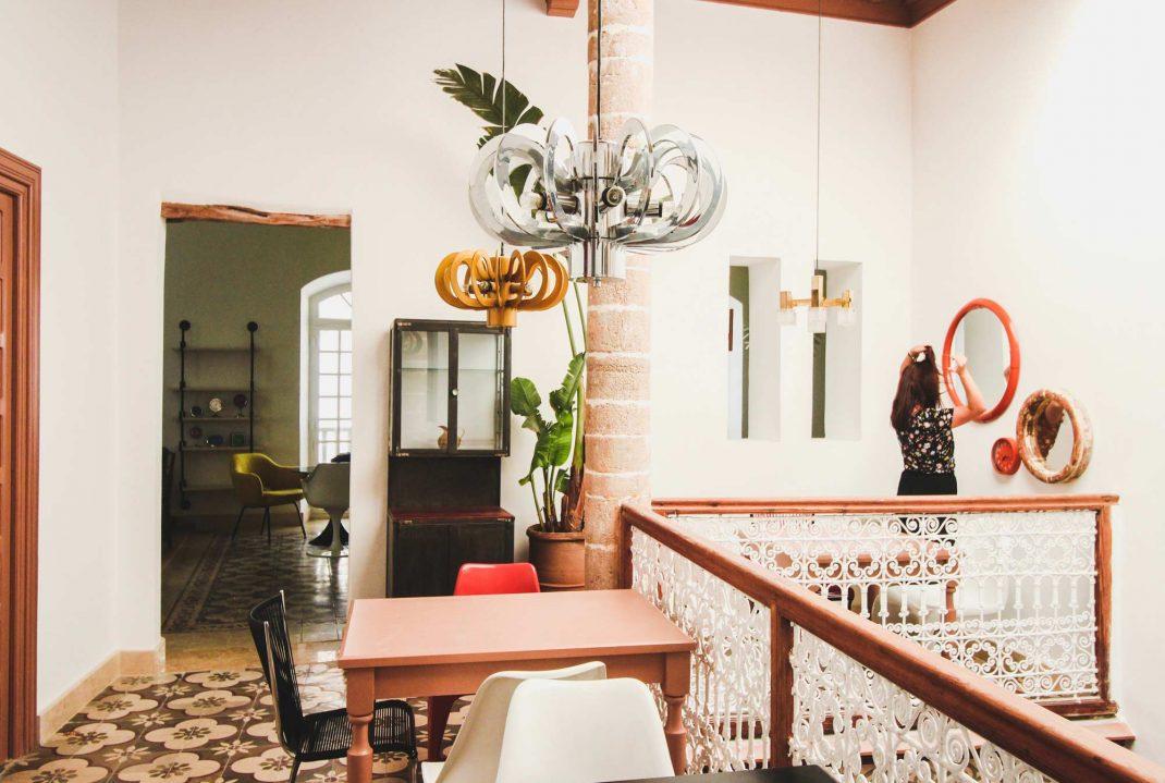 espace de travail design et pratique en home office sur un palier