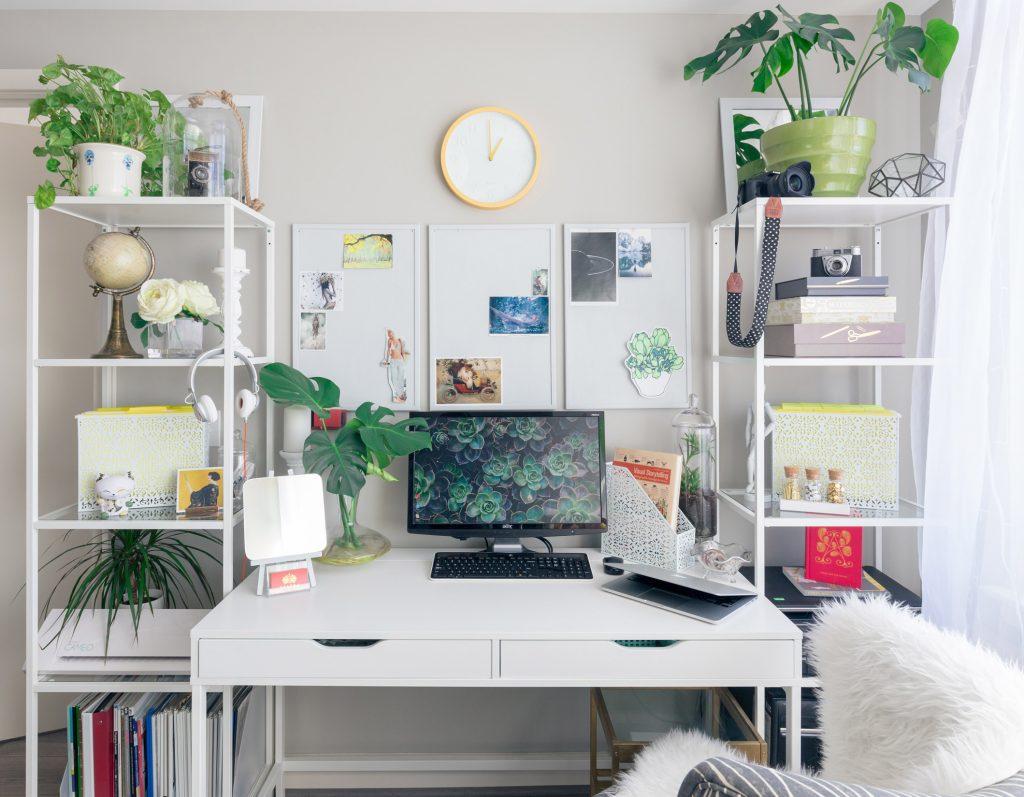 Espace de travail très organisé avec des plantes vertes