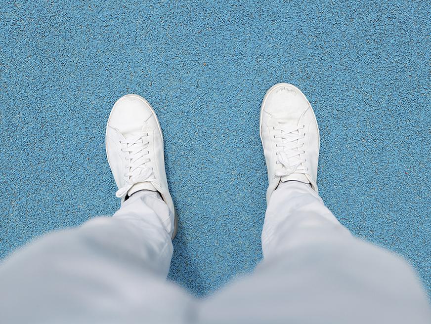 jambes blanches sol bleu