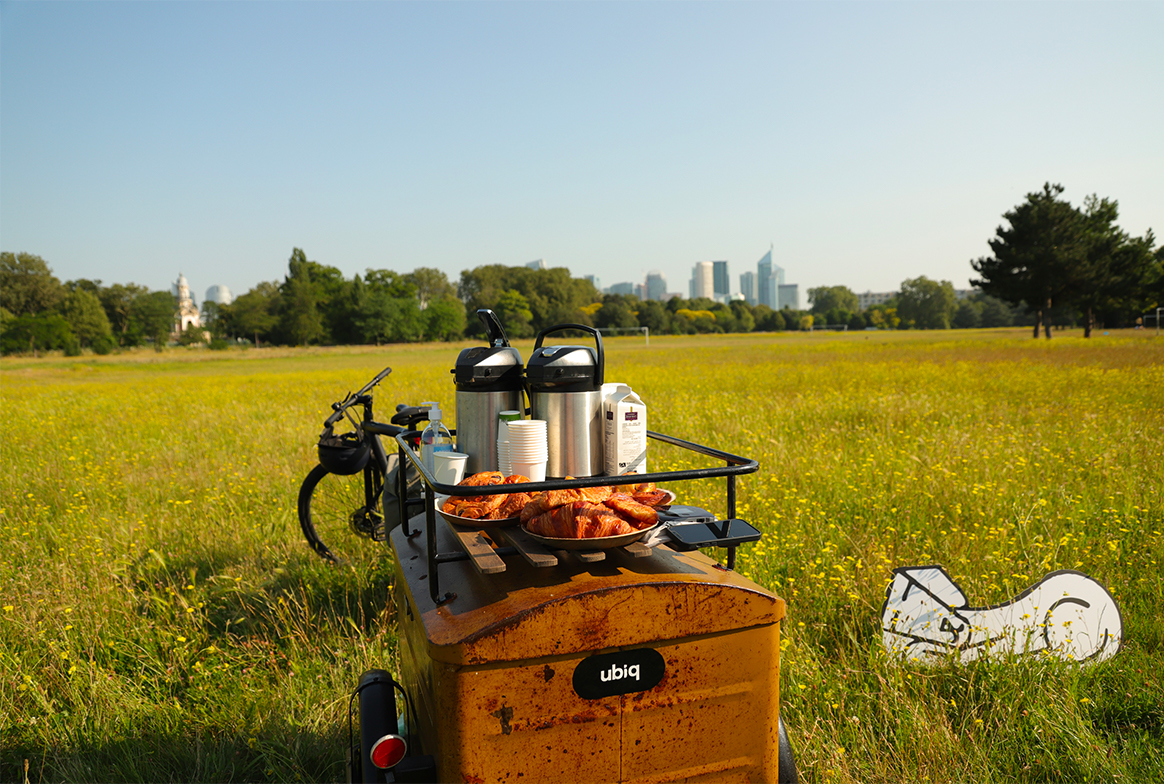 Petit déjeuner au bureau en pleine nature