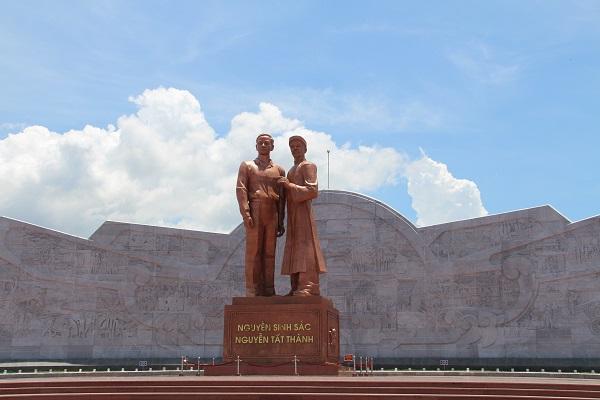 Tượng đài Nguyễn Sinh Sắc - Nguyễn Tất Thành. Nguồn: Internet