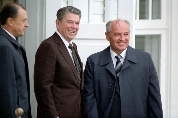 Presidente Ronald Reagan secretario general Union sovietica Mikhail Gorbachev