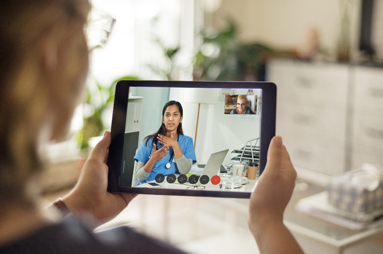 Cisco HIPPA Compliance and Data Privacy| Doctor explaining symptoms on a Webex while other nurse receives information on iPad