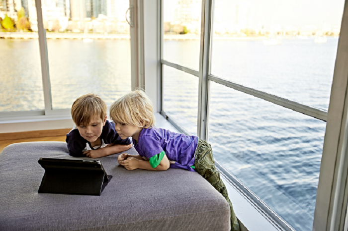 Children-watching-tablet1