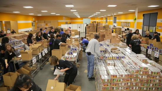 Cisco execs and employees sorting food for 2nd Harvest
