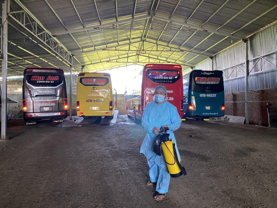Nhà xe Kim Anh tổ chức xịt khử khuẩn xe