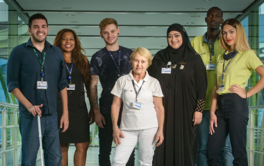 Colaboradores do Carrefour representando a diversidade de gênero, racial, sexual e inclusão de pessoas com deficiência.