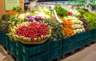 Exposição de verduras e legumes frescos e orgânicos no hipermercado Carrefour.