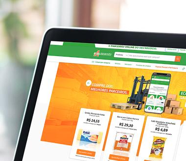 Tela de notebook exibindo site do e-commerce do Atacadão.
