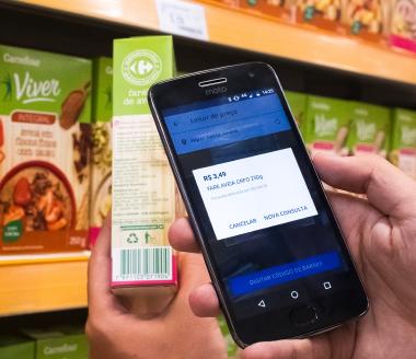 Consumidor utiliza o aplicativo Meu Carrefour para fazer a leitura do código de barras do produto.