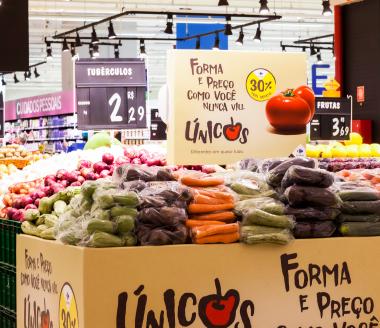 Ilha de produtos únicos da campanha Act for Food Carrefour.