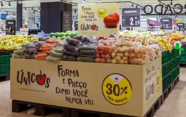 Ilha de verduras e legumes únicos da campanha Act for Food Carrefour.