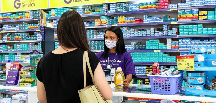 Colaboradora fazendo atendimento em uma Drogaria Carrefour.