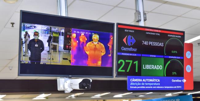 Painel de monitoramento de temperatura corporal instalado na loja Carrefour.