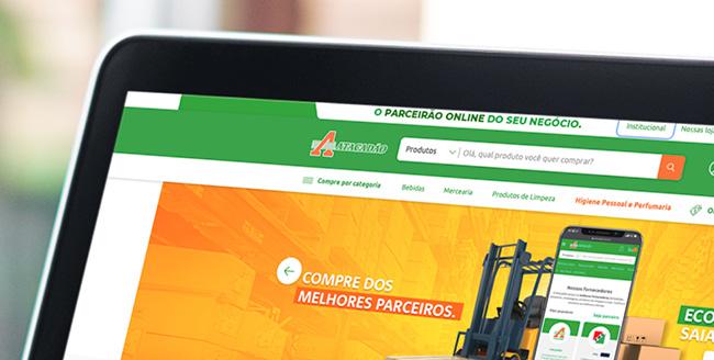 Notebook exibe site do e-commerce do Atacadão.