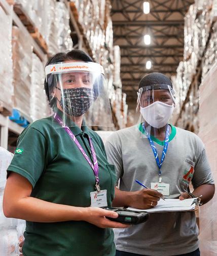 Colegas de trabalho no depósito do Mercado Atacadão.