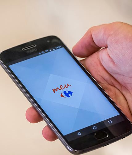 Usuário acessando o aplicativo de celular Meu Carrefour.