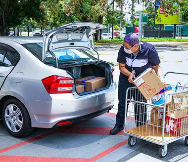 Colaborador deposita compras feita pela modalidade Clique & Retire Drive na rede Carrefour.