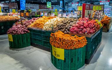 DisDisposição de legumes e verduras no hipermercado Carrefour Pinheiros.posição de legumes e verduras no hipermercado Carrefour.