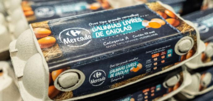 Embalagem de ovos de galinhas livres da marca própria do Carrefour.