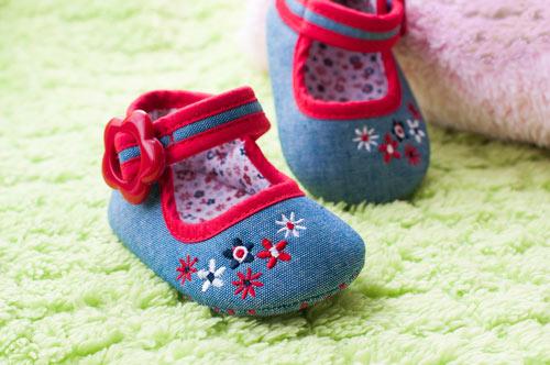 Quelles chaussures pour bébé qui commence à marcher ?