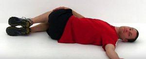 Assouplir le dos: torse et jambes inversées