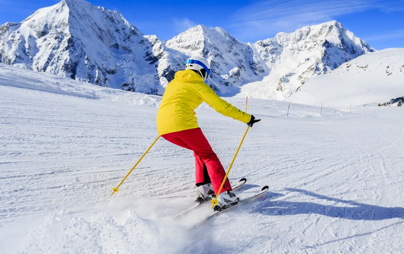 skieur penche en plein effort