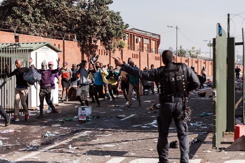 Rioters undeterred by army wreak havoc in S. African cities