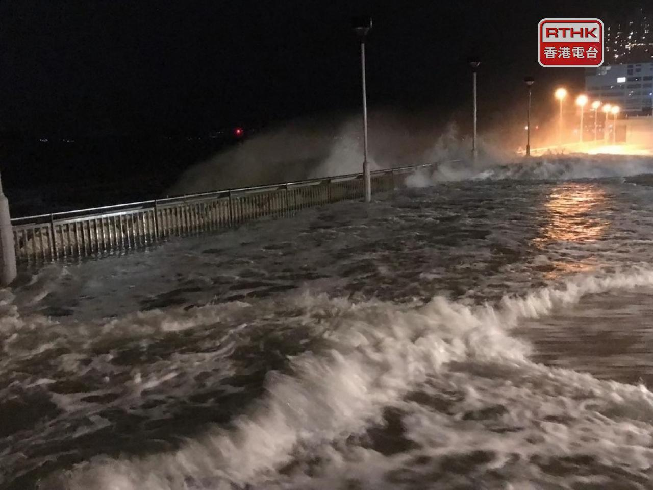 Gales and floods batter HK as Kompasu nears the city