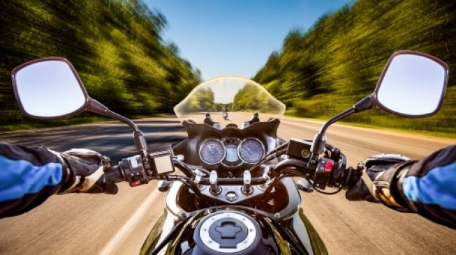 Blind spot pada sepeda motor diminimalkan pakai spion. Sebagai ilustrasi [Shutterstock].