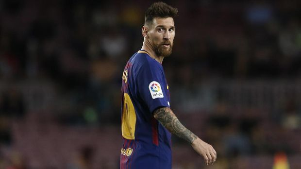 Barcelona's forward from Argentina Lionel Messi looks on during the Spanish league football match FC Barcelona against SD Eibar at the Camp Nou stadium in Barcelona on September 19, 2017. / AFP PHOTO / PAU BARRENA