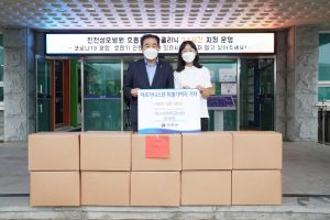 Emily Dhong (right) collected boxes of winter clothing in a donation drive to help Afghan evacuees.