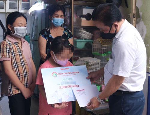 Con đoàn viên mồ côi được Công đoàn tặng sổ tiết kiệm từ 10-20 triệu đồng