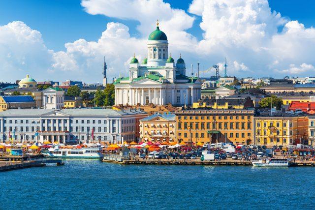 Panorama Tržního náměstí (Kauppatori) u Staroměstského mola v Helsinkách, Finsko