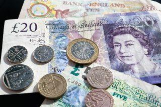 Velká Británie zvyšuje minimální mzdu