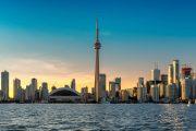Pohled na město Toronto přes jezero Ontario, Kanada