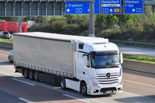 """Komise doporučuje vytvořit na hraničních přechodech """"zelené pruhy"""" pro nákladní dopravu"""