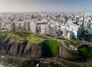 Peru zareagovalo rychle, bez roušky policie lidi do obchodu nepustí