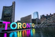 Radnice v Torontu a světelný nápis Toronto, Kanada