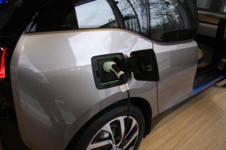 Elektřina poráží fosilní paliva. Řidič Tesly může ušetřit i sto tisíc ročně